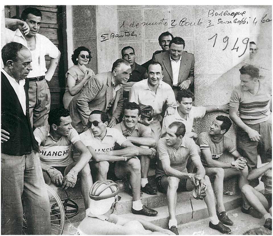 Gino Bartali e Serse Coppi sui gradini della Mutua di Treviglio